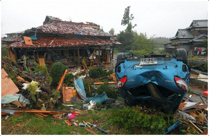 竜巻とみられる突風で被害を受けた住宅と車