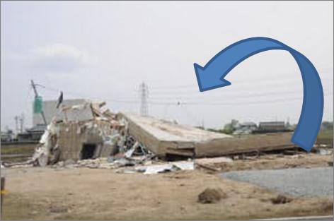 べた基礎の表と裏がひっくり返り、倒壊した家屋に覆いかぶさる
