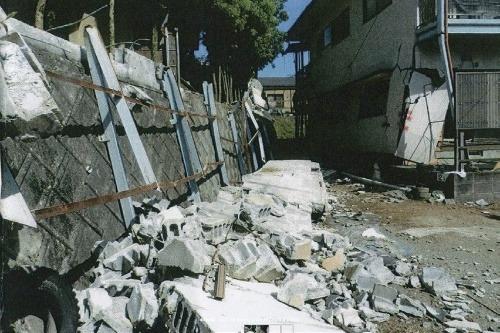 補強されたコンクリートブロック塀が倒れる