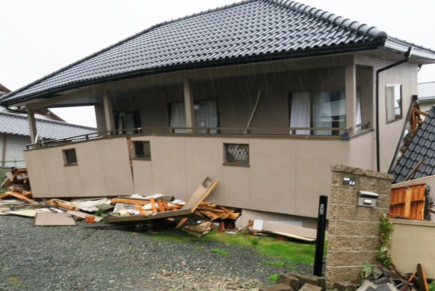 倒壊してしまう家屋
