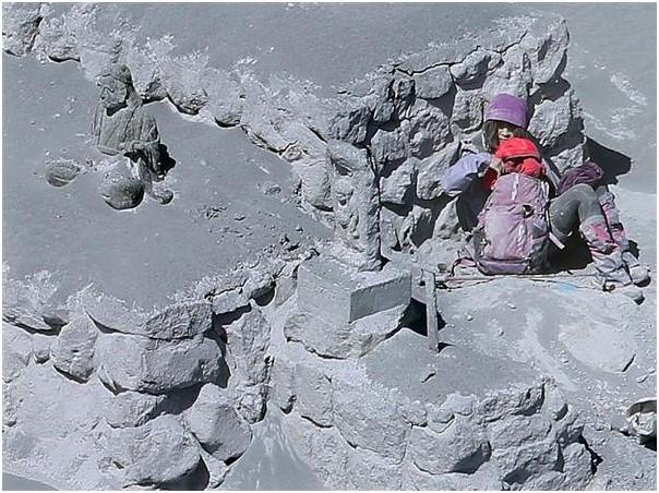 周囲の登山客が次々と息絶える中、生還した女性