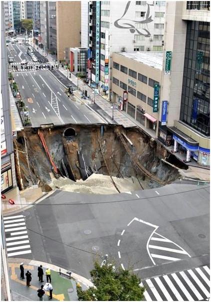 道路陥没事故