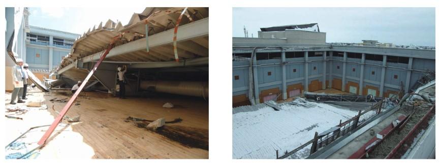 勾配の緩い大きな屋根が崩落