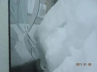 窓ガラスが落雪割れる