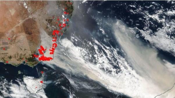 オーストラリア南東部からニュージーランドに流れる山火事の煙 (出典元:NASA)